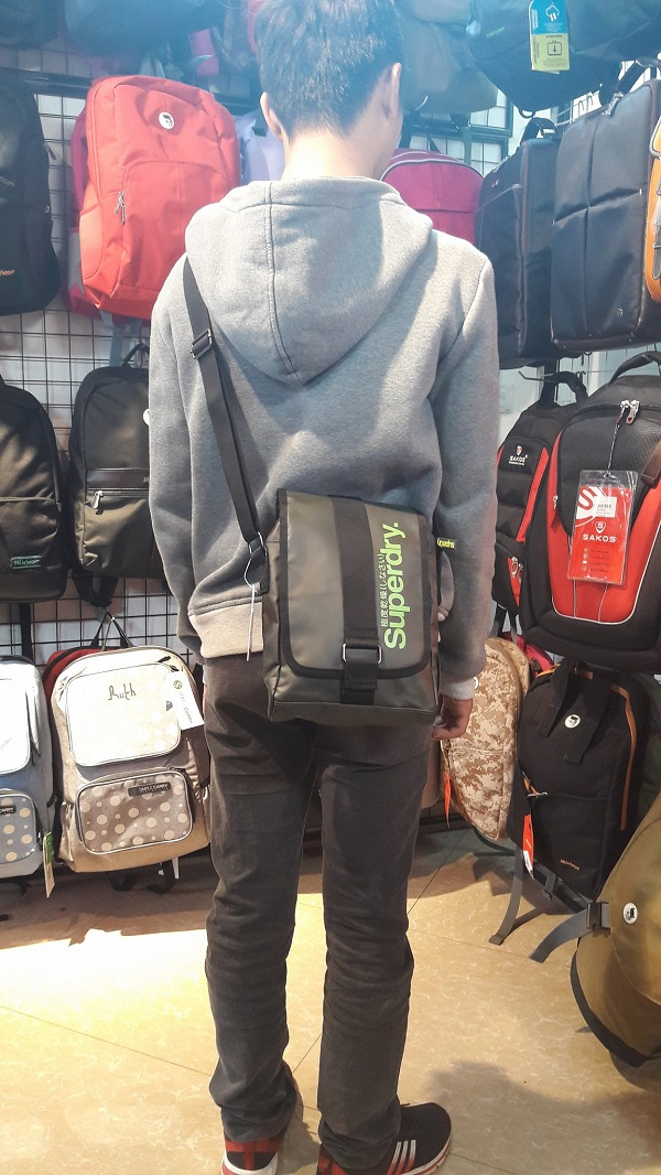 //cdn.nhanh.vn/cdn/store/10747/psCT/20161102/3461009/Tui_deo_cheo_Superdry_Messenger_Small_(tui_superdry_web).jpg
