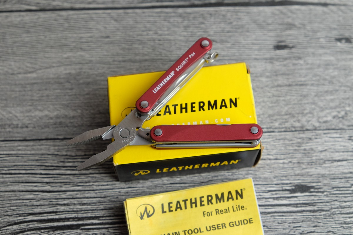 //cdn.nhanh.vn/cdn/store/7475/psCT/20181025/9685970/Keychain_Leatherman___Squirt_PS4_Red__Vo_Nhom_Do__(keychain_leatherman___squirt_ps4_red__vo_nhom_do__(kim_da_nang_leatherman_ps4_12)).jpg